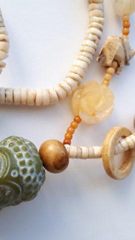 jade amulet, boeddha en schelpschijfjes